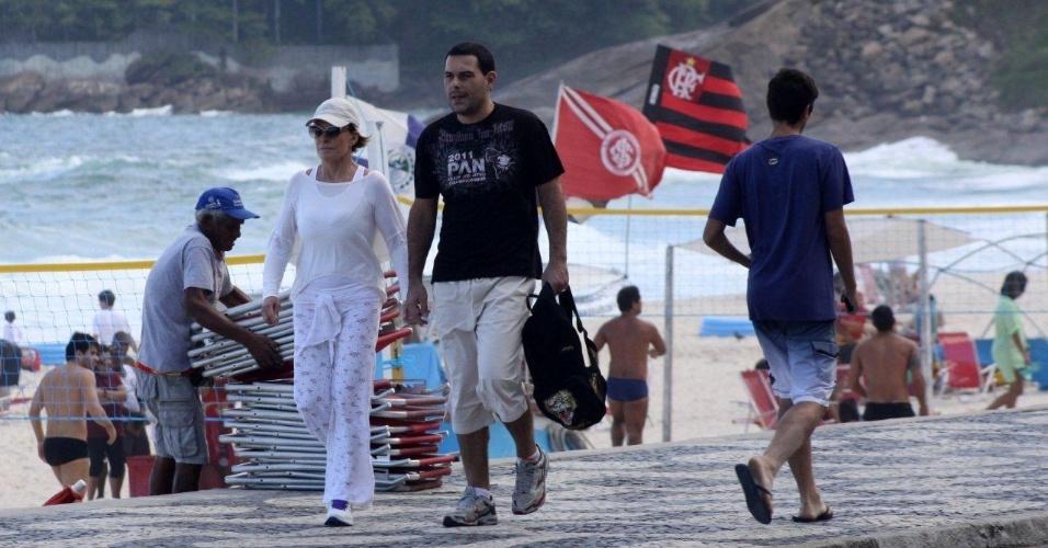 Ana Maria Braga caminha pela orla da praia do Leblon, zona sul do Rio (19/5/12)