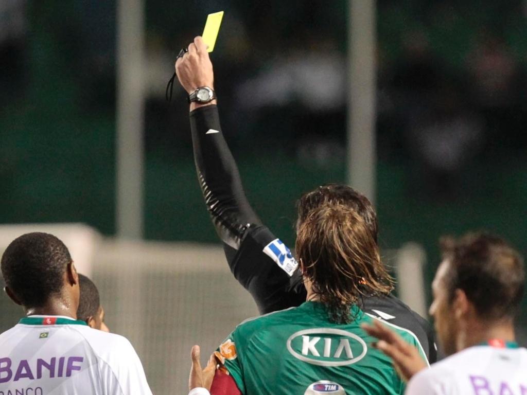 Árbitro aplica cartão amarelo durante duelo entre Palmeiras e Portuguesa