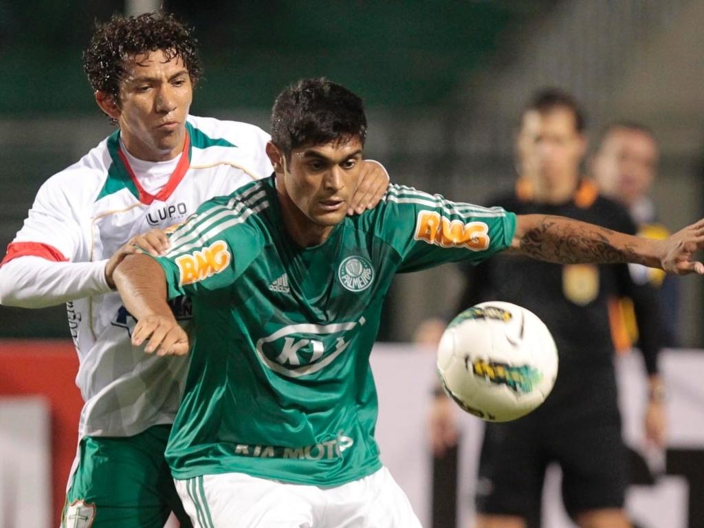 Atacante Luan protege a bola do adversário no jogo entre Palmeiras e Portuguesa, pela 1ª rodada do Brasileirão