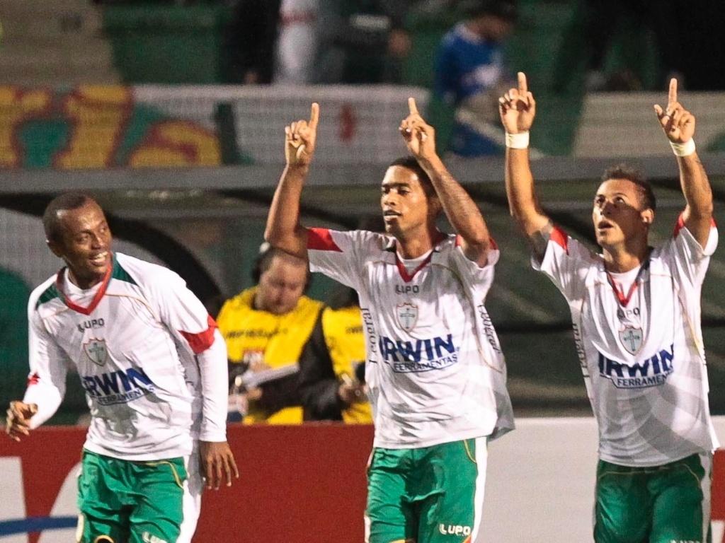 Jogadores da Portuguesa comemoram o gol marcado por Rodriguinho contra o Palmeiras
