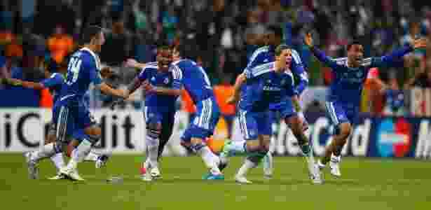 Jogadores do Chelsea vibram após Drogba converter pênalti que deu 1º título europeu - Kai Pfaffenbach/Reuters