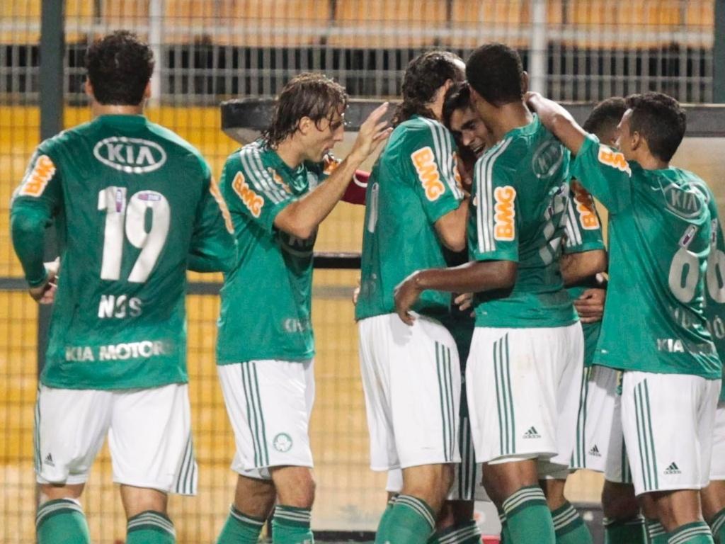 Jogadores do Palmeiras comemoram gol marcado por Luan na estreia do time no Brasileirão contra a Portuguesa