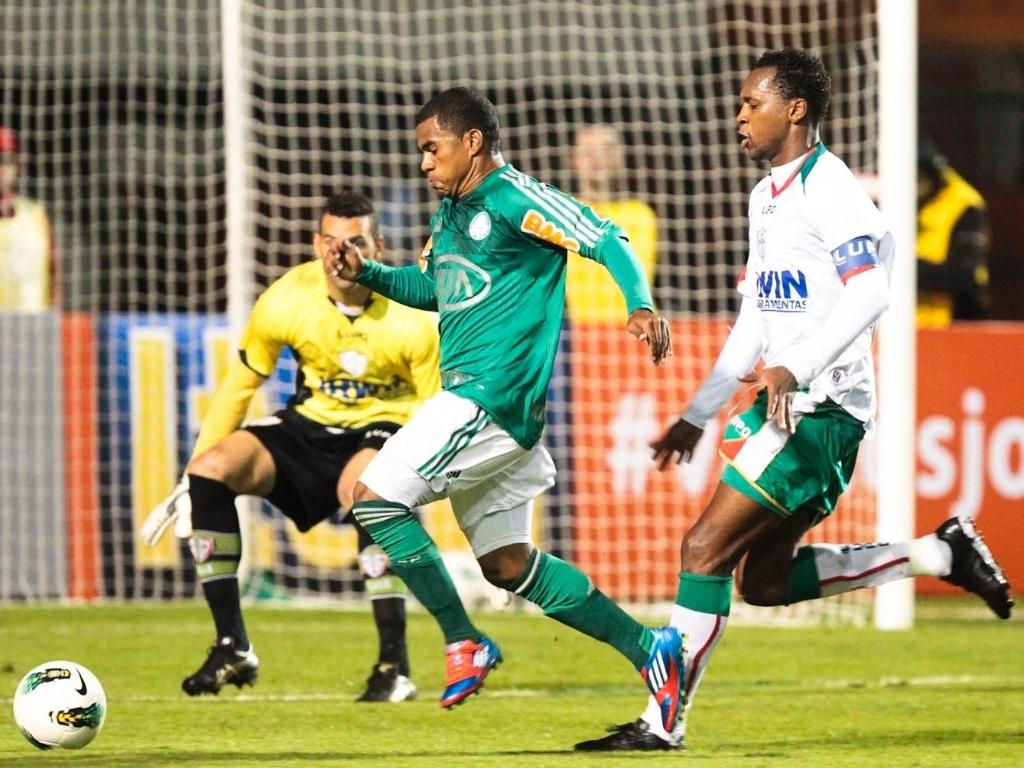 Mazinho, do Palmeiras, tenta ganhar na velocidade do defensor da Portuguesa