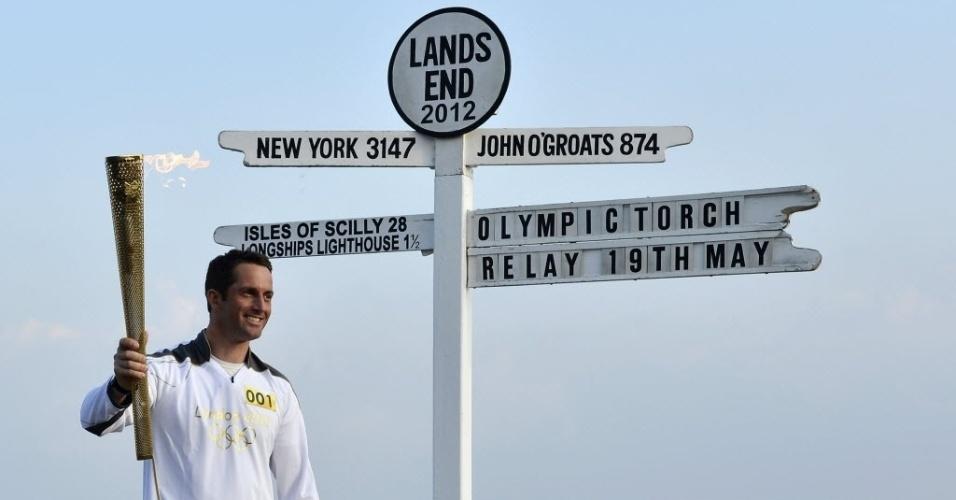 Momento em que o velejador britânico, Ben Ainslee, recebeu a tocha olímpica