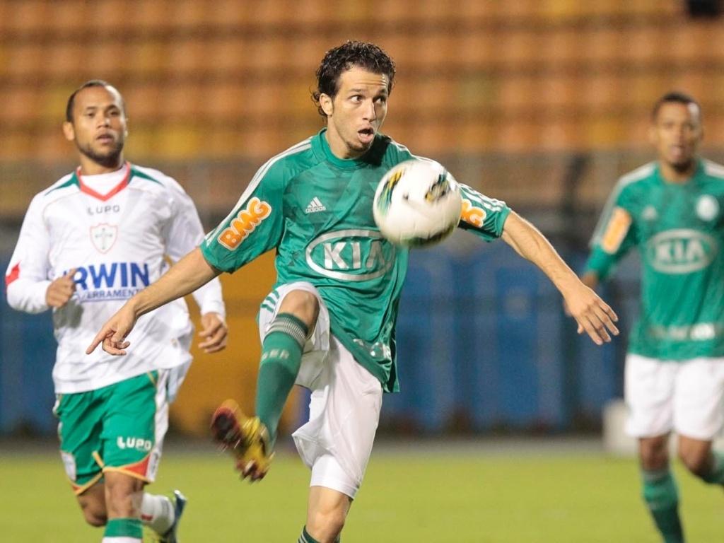 O lateral direito Cicinho domina a bola no duelo entre Palmeiras e Portuguesa, na abertura do Brasileirão no Pacaembu