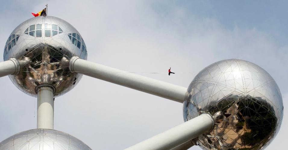 20.mai.2012 - Acrobatas andam na corda-bamba entre duas esferas do monumento Atomium, em Bruxelas, na Bélgica