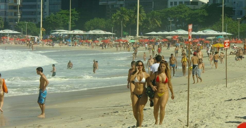 20.mai.2012 - Banhistas aproveitam o calor, neste domingo (20), na praia de Copacabana, no Rio de Janeiro