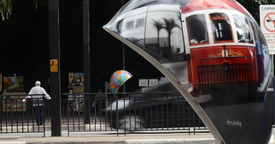 20.mai.2012 - Call Parade, intervenção artística em orelhões da capital, começou neste domingo (22), na Avenida Paulista, em São Paulo. A iniciativa tem como principal objetivo chamar a atenção da população para os orelhões e conscientizar a população sobre a importância da preservação dos telefones públicos
