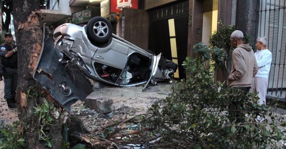 20.mai.2012 - Carro bate em árvore, capota e quase entra na garagem de prédio na rua Gomes Carneiro, em Ipanema, zona sul do Rio de Janeiro