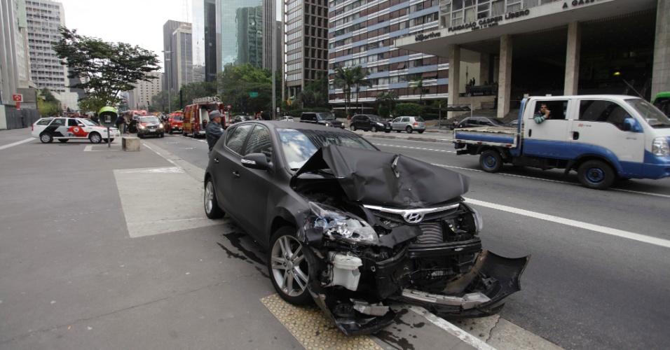 20.mai.2012 - Carro fica parcialmente destruído na manhã deste domingo (20), após acidente envolvendo outro veículo em frente ao prédio da Gazeta, na av. Paulista, centro de São Paulo. Duas mulheres foram socorridas com ferimentos leves