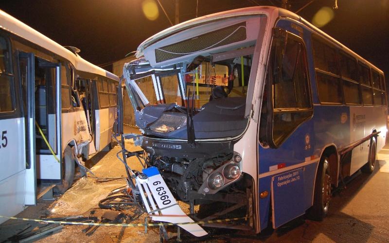 20.mai.2012 - Dois ônibus da cooperativa Cooper Pam colidiram neste domingo (20) na av. Teotônio Vilela, no bairro Cidade Dutra, na zona sul de São Paulo. Cinco pessoas ficaram feridas no acidente