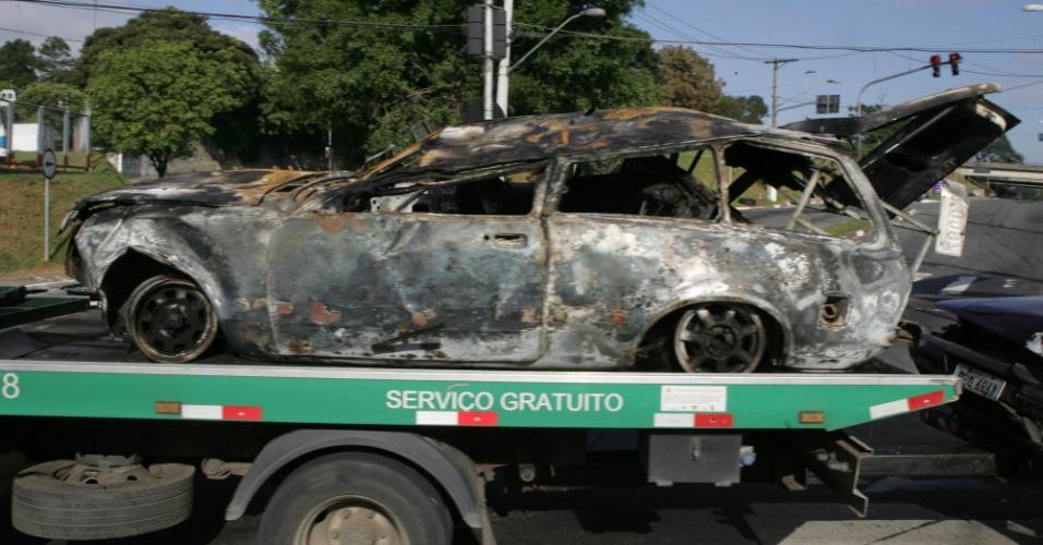20.mai.2012 - Dois veículos se acidentaram neste domingo (20), na rodovia Anchieta, e uma pessoa morreu no local. Um dos carros, um Chevette (foto), capotou e pegou fogo