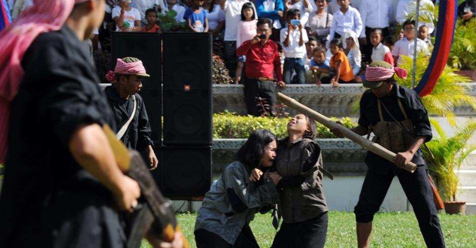 """20.mai.2012 - Estudantes de Arte participam neste domingo (20) de apresentação no memorial Choeung EK, em Phnom Penh, no Camboja, que marca o """"Dia da Raiva"""""""