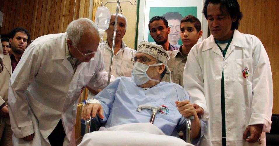 20.mai.2012 - Foto de arquivo, datada de setembro de 2009, mostra o terrorista líbio Abdelbaset al-Megrahi, em um hospital de Trípoli, na Líbia. Ele, que foi o único condenado pelo atentado de Lockerbie (Escócia) em 1988, morreu de câncer neste domingo (20) em Trípoli
