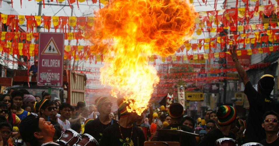 20.mai.2012 - Homem faz pirofagia durante festival religioso em homenagem a Santa Rita de Cássia em Manila, nas Filipinas
