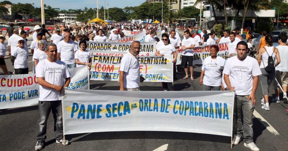 20.mai.2012 - Manifestantes marcham neste domingo (20) pela orla de Copacabana, no Rio de Janeiro, em protesto contra o fechamento dos postos de gasolina no local