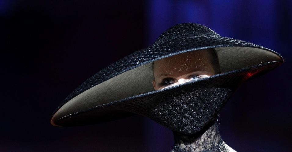 20.mai.2012 - Modelo usa criação de Philip Treacy durante cerimônia de abertura do 20º Life Ball em Viena, na Áustria