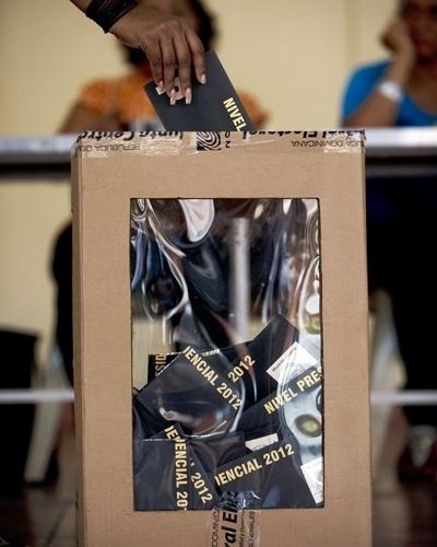 20.mai.2012 - Mulher vota no próximo presidente da República Dominicana, neste domingo (20), em Santo Domingo. O alto custo de vida, desemprego, corrupção elevada e aumento da criminalidade atrapalha a reeleição de Hipolito Mejia. Ele disputa a eleição com o candidato do partido Libertação Dominicana, Danilo Medina