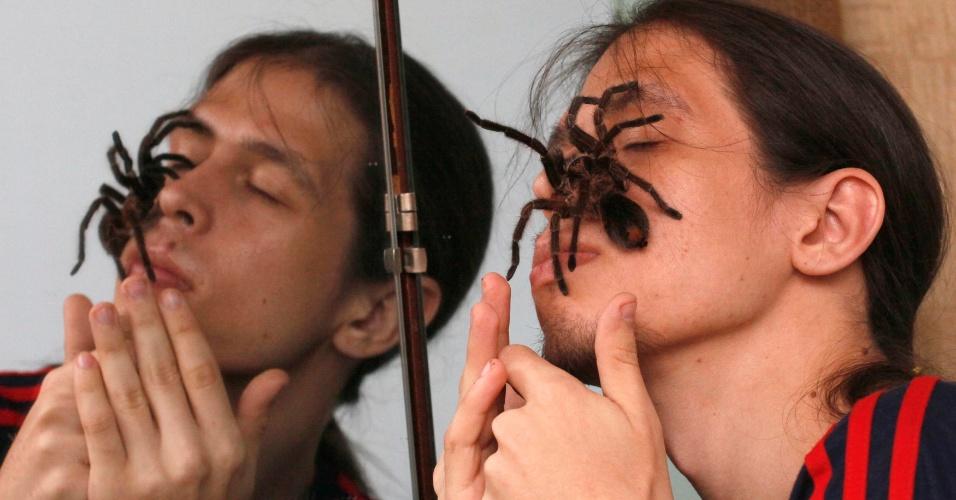 20.mai.2012 - O russo Yegor Konkin, 23, cria cerca de 50 aranhas de várias espécies e um escorpião (da espécie Babycurus Jacksoni) venenosos na Rússia. Ele, que vive em São Petersburgo e Minusinsk, mantém a criação - que é mortal aos seres humanos - há cerca de dois anos