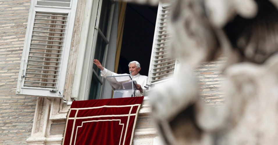 """20.mai.2012 - Papa Bento 16 condenou neste domingo (20), durante oração no Vaticano, o """"vil atentado"""" de sábado (19), no sul da Itália, que causou a morte de uma jovem e deixou cinco feridos graves"""