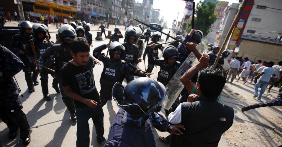 20.mai.2012 - Polícia enfrenta manifestantes durante o terceiro dia da greve geral convocada pela Federação Nepalesa de Nacionalidades Indígenas em Katmandu, no Nepal