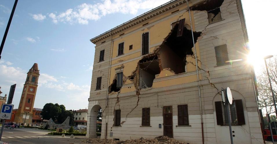 20.mai.2012 - Prédio da Câmara Municipal de Sant'Agostinho, na Itália, fica destruído após terremoto