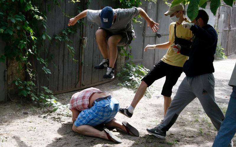 20.mai.2012 - Svyatoslav Sheremet (no chão), líder da organização Gay-Forum, é agredido por pessoas não identificadas em Kiev, na Ucrânia. Agressores fugiram quando perceberam que estavam sendo fotografados