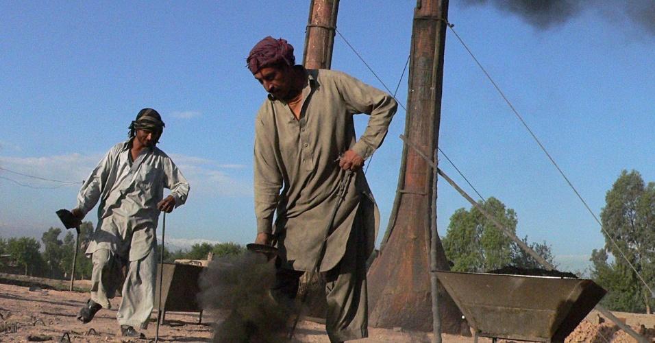 20.mai.2012 - Trabalhadores confeccionam tijolos em Jalalabad, no Afeganistão