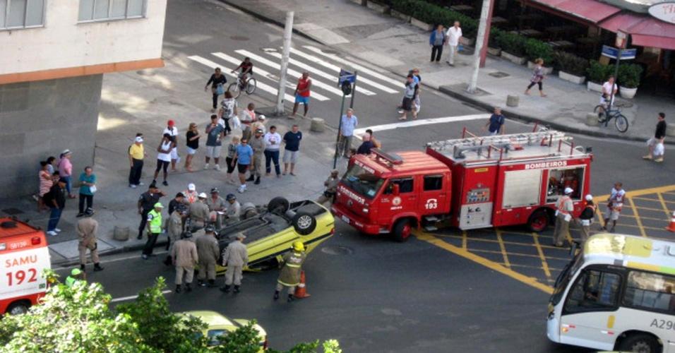 20.mai.2012 - Um táxi capotou na manhã deste domingo (20) na av. Princesa Isabel, no Rio de Janeiro. O Corpo de Bombeiro foi ao local para atender a possíveis vítimas
