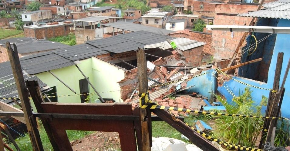 20.mai.2012 - Vista do desabamento de uma casa no bairro periférico de Saramandaia, em Salvador, neste domingo (20). Duas crianças, um menino de 2 anos e uma menina de 6, ficaram feridos e foram socorridas por vizinhos e não correm perigo de vida