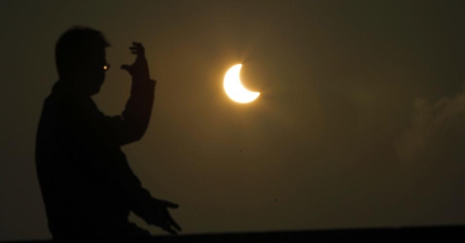 20.maio.2012 -- Um homem pratica tai-chi ao longo do rio Huangpu, em Xangai, durante eclipse anular que ocorre, naquele país, já na segunda-feira (21) --domingo (20), no Brasil.