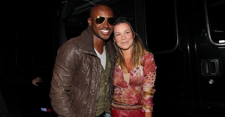 Acompanhado da namorada Fernanda Souza, o cantor Thiaguinho chega a São Paulo para show no Anhembi (20/5/12)