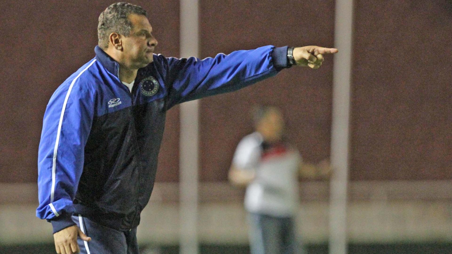 Celso Roth, técnico do Cruzeiro, orienta sua equipe durante partida contra o Atlético-GO