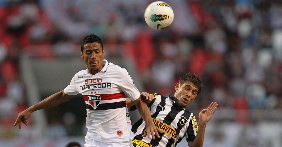 Cícero, do São Paulo, disputa a jogada aérea com Fellype Gabriel, do Botafogo