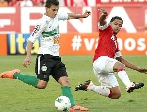 Renan Oliveira, do Coritiba, tenta finalização contra Inter, em jogo que ataque não funcionou