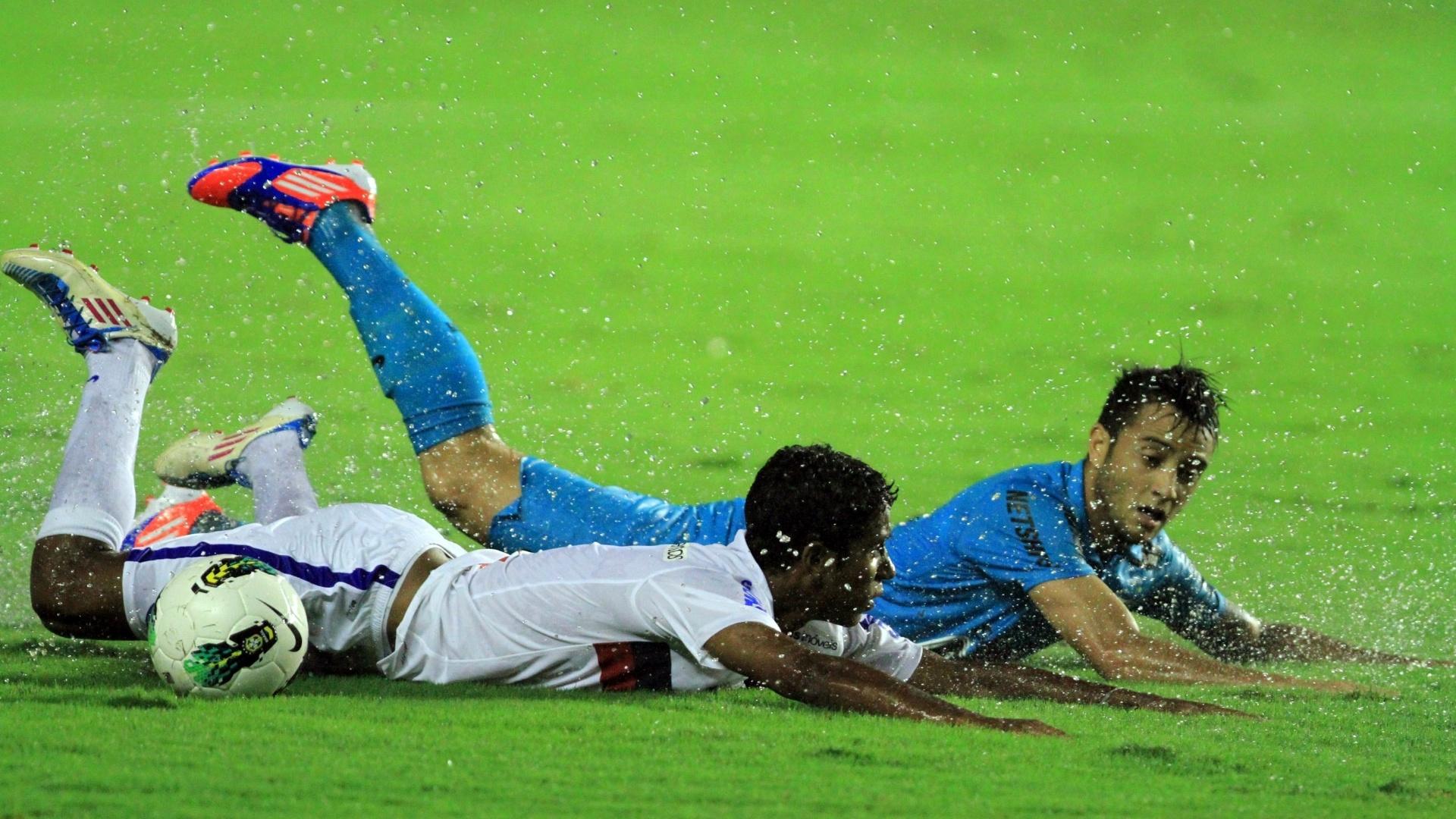 Felipe Anderson, do Santos, disputa lance contra Gabriel, do Bahia