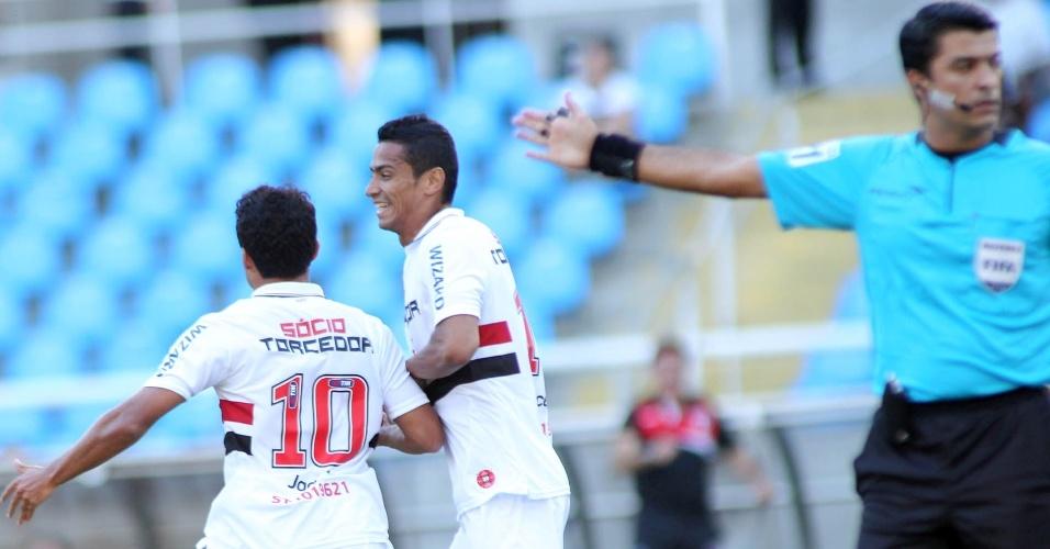 Jadson comemora com Cícero após abrir o placar pelo São Paulo contra o Botafogo
