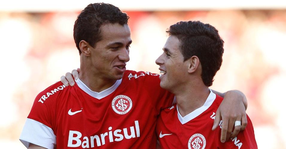 Leandro Damião e Oscar celebram gol marcado contra o Coritiba, no Beira-Rio (20/05/12)