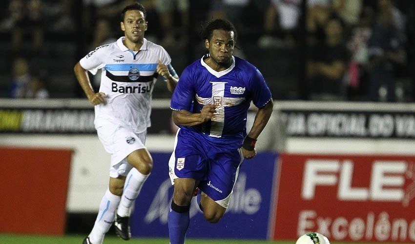 Marco Antonio, meia do Grêmio, tenta alcançar Carlos Alberto, do Vasco