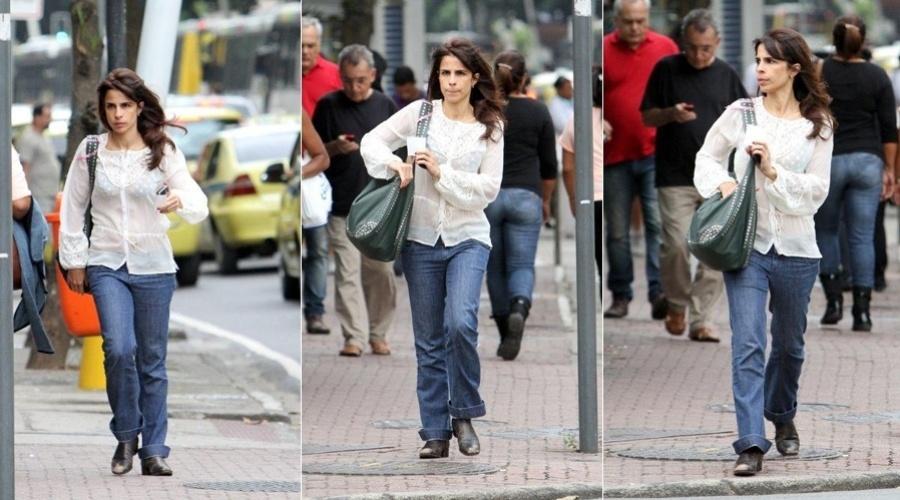 Maria Ribeiro circula pelo bairro de Ipanema, zona sul do Rio (20/5/12)
