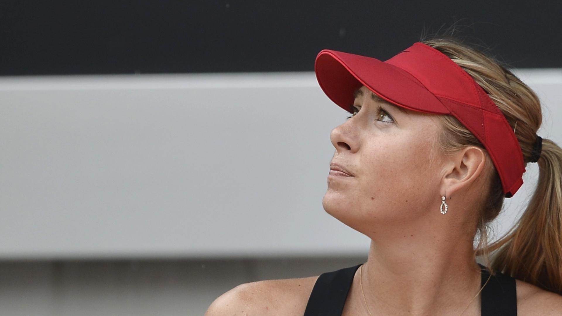 Maria Sharapova olha para o céu assim que começa a chover durante a final do Torneio de Roma
