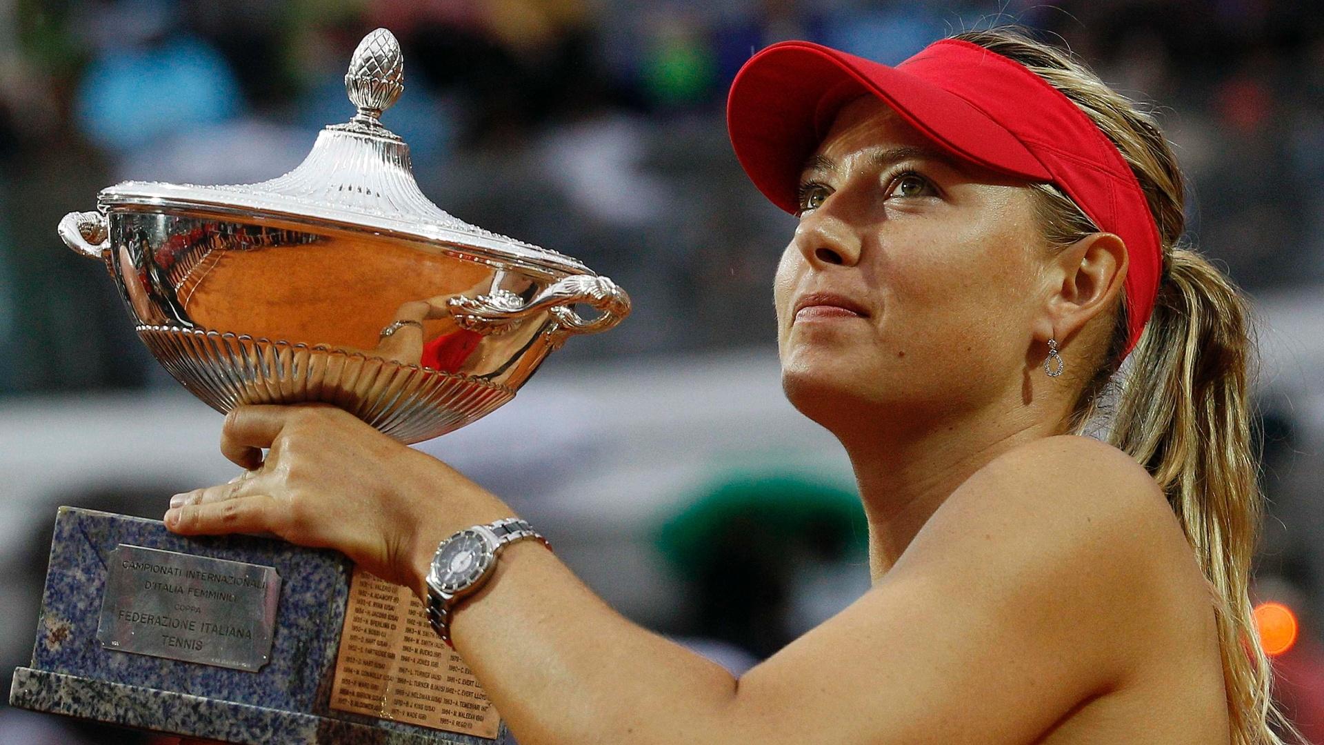 Maria Sharapova posa com o troféu de campeã do Torneio de Roma após bater a chinesa Na Li por 2 sets a 1