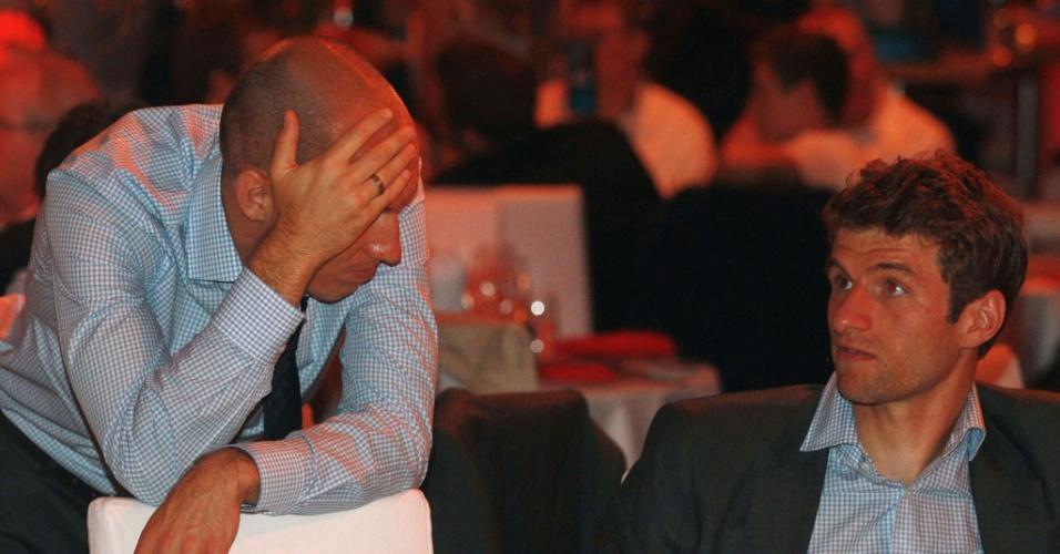 Meia holandês Robben conversa com seu companheiro de time Muller durante jantar promovido pelo Bayern de Munique