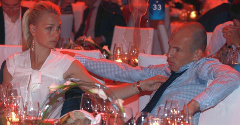 Meia holandês Robben, do Bayern de Munique, com cara de poucos amigos durante jantar do clube alemão; jogador perdeu pênalti na prorrogação da final contra o Chelsea