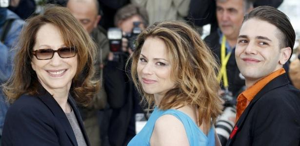 """O diretor Xavier Dolan (direita) posa com Nathalie Baye (esquerda) e Suzanne Clement (centro) durante promoção de """"Laurence Anyways"""" em Cannes"""