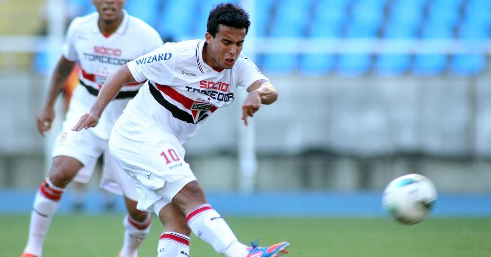 Meia Jadson, do São Paulo, tenta a finalização durante partida contra o Botafogo