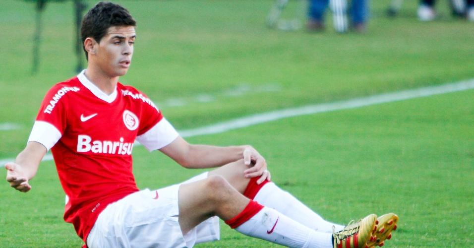Oscar, meia do Internacional, vai ao chão e reclama de falta durante jogo contra o Coritiba