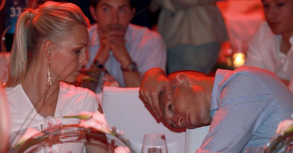 Robben é consolado por sua mulher, Bernadien, durante jantar promovido pelo Bayern de Munique no dia seguinte à derrota do time alemão para o Chelsea na decisão da Liga dos Campeões