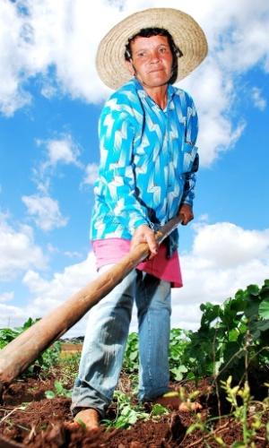 21.mai.2012 - Valdice Gomes Soares, 46, tira o sustento de sua família em um dos projetos irrigados em Poço Redondo (SE), no sertão nordestino: ?uma pena que não é para todos?