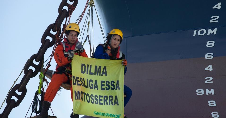 21.mai.2012 - A atriz norte-americana Q?orianka Kilcher se juntou aos ativistas do Greenpeace no protesto que há uma semana impede um navio cargueiro de embarcar ferro gusa no porto de Itaqui, no Maranhão